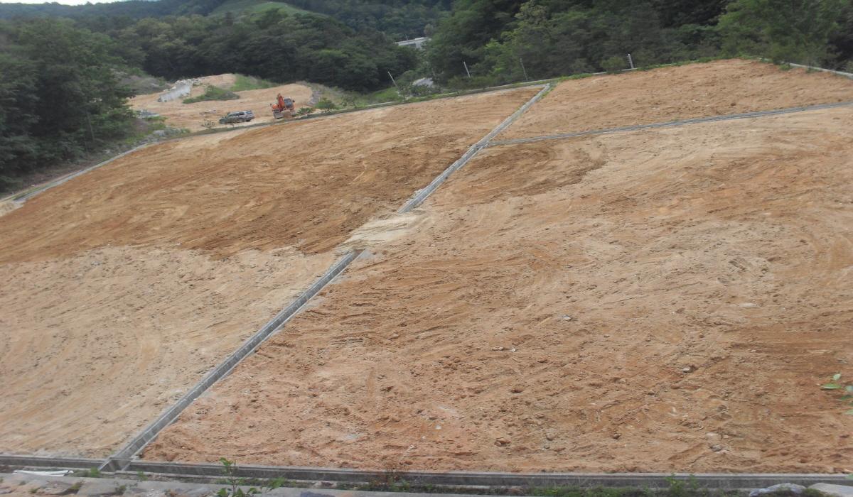잔디식재를 위한 마사토 부설작업 완료 후 모습입니다